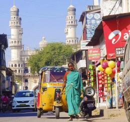 Szene aus Haiderabad, im Hintergrund der Charminar, der auch im Dalrymple-Buch oft genannt wird. Per Klick kommen Sie zu meinen besten Indien-Bildern.